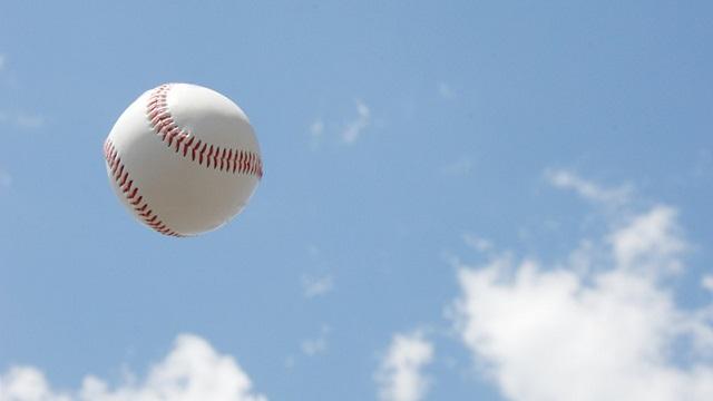 青空と野球ボール