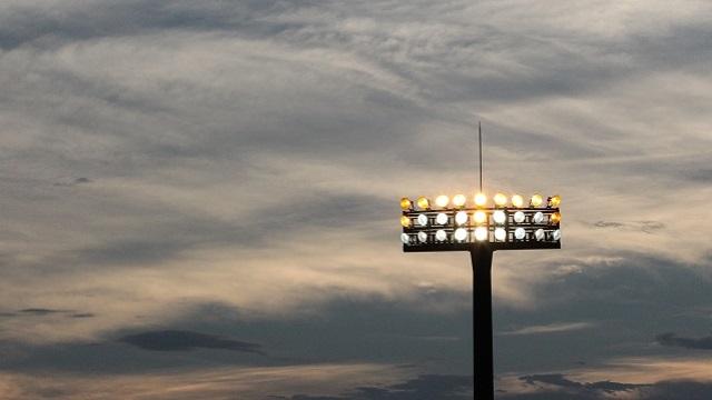 夕暮れ時の野球場