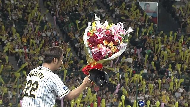 花束をもらう藤川球児