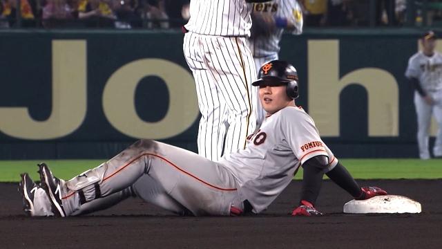 巨人岡本二塁でこける