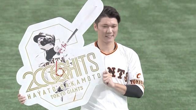 坂本、2000本安打の記念パネルを持って