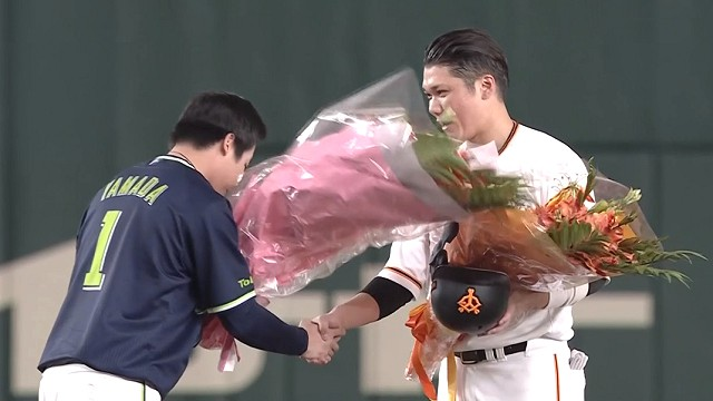 山田に花束を渡される坂本