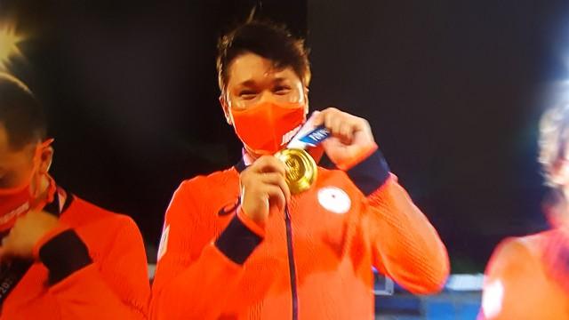 東京オリンピック野球競技表彰式 金メダルを見せる坂本