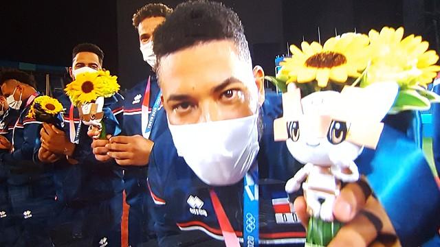 東京オリンピック野球競技表彰式 ミライトワのオリンピックビクトリーブーケを見せるドミニカ選手