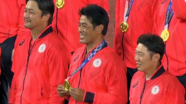東京オリンピック 決勝戦 侍ジャパン 菊池に借りた金メダルを着けて笑顔の稲葉監督