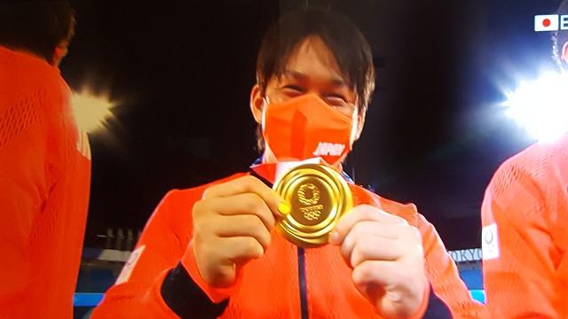 東京オリンピック野球競技表彰式 金メダルを見せる甲斐